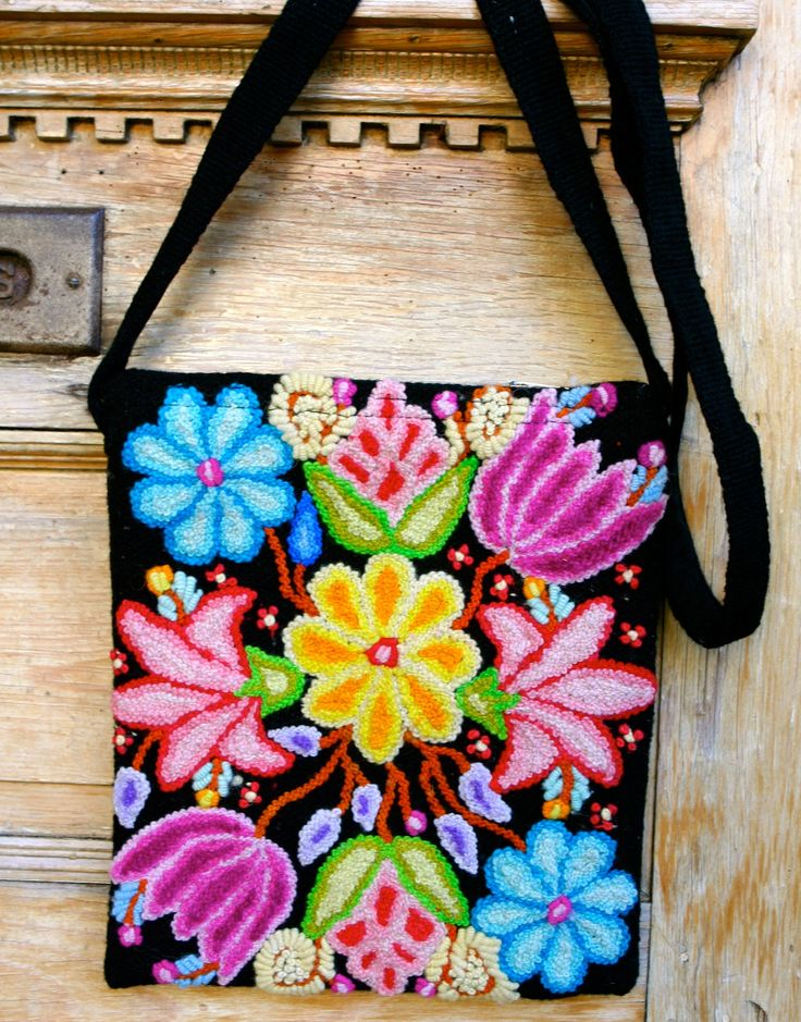 Posey handmade wool messenger bag uniquely created by artisans in Peru. Cross shoulder strap, sized to fit an ipad. threadsofhopetextiles.org threadsofhopetextiles.org/shop