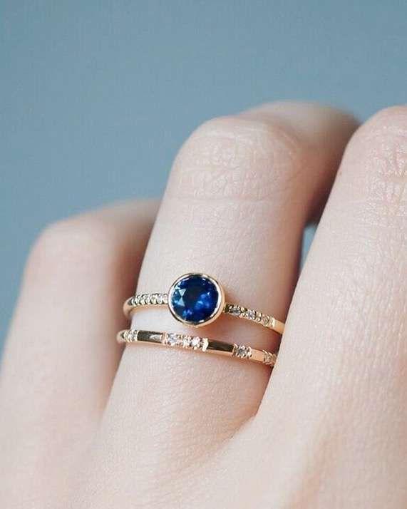 Anillos de compromiso de colores [FOTOS] - Doble anillo de compromiso con zafiro azul redondo