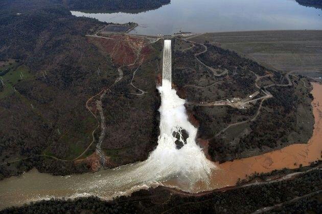 Oroville Dam breaks