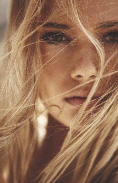 Pretty mascara blonde and freckes