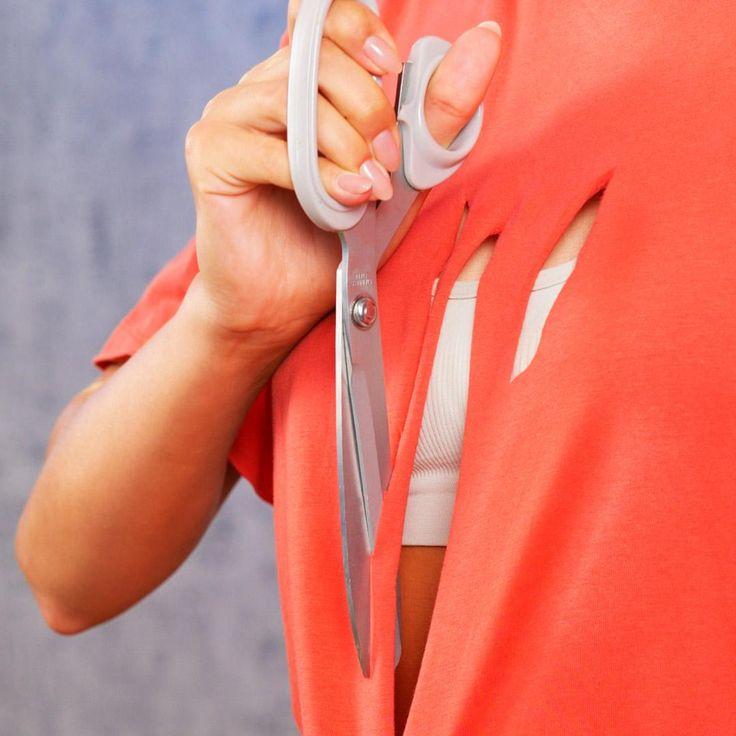 ¿Nada para usar? Haz brillar tu ropa vieja con un solo corte Diy Clothes Life Hacks, Diy Clothes Rack, Diy Clothes Refashion, Diy Clothes Videos, Clothes Crafts, Clothing Hacks, Makeup Life Hacks, Clothes Storage, Diy Fashion Hacks