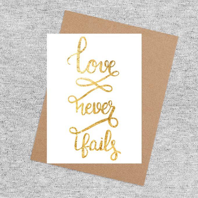 Kaart Love Never Fails. Een gave kaart met een mooie boodschap. Gaaf om te sturen naar lieve vrienden en familie. Met een gaaf gold foil effect!