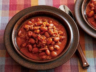 大庭 英子さんの金時豆を使った「チリコンカン」のレシピページです。豆とひき肉を煮込んだチリコンカンです。チリパウダー(スパイスミックス)のかわりに赤とうがらしで手軽につくります。 材料: 金時豆、金時豆のゆで汁、合いびき肉、たまねぎ、にんにく、赤とうがらし、トマトの水煮、白ワイン、ローリエ、サラダ油、塩、こしょう