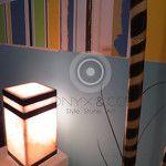 Lámpara de Buro fabricada en Onyx. Color Blanco San Luis con detalles en negro. Medidas: 15cm*15cm*30cm de alto