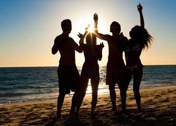 Profita din plin, in fiecare vara, de plaja privata de tip Blue Flag, intinsa pe o suprafata de 9.000 de metri patrati, de sezlonguri confortabile sau de apa limpede si racoritoare a piscinelor. Pentru cateva mii de euro, poti deveni proprietarul unei case de vacanta in sistem de proprietate periodica, cu acces gratuit si discounturi de pana la 40% la toate serviciile premium oferite de resort.