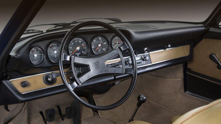 Отделение Porsche Classic наладило производство передней панели салона для купе 911 1969–1975 модельных годов. Внешне она вплоть до мельчайших деталей, цветов и фактуры поверхностей воспроизводит оригинал, но внутри скрыт современный каркас, так что смело можно рассчитывать на большую травмобезопасность, чем у предка. Кроме того, эти материалы — более стойки к воздействию влаги, перепадам температур и прямым солнечным лучам, по сравнению с аналогами сорокалетней давности.