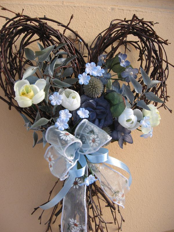 Modrá je dobrá Srdce z březového proutí dozdobené sušinou, papírovými růžemi a umělými květy. Rozměr - š. 24 cm, d. 34 cm.