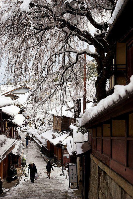 Snow in cobbled street of Kiyomizu-dera Temple, Kyoto, Japan