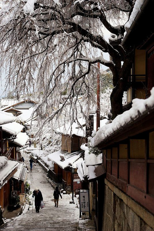Snow in cobbled street of Kiyomizu-dera Temple, Kyoto, Japan