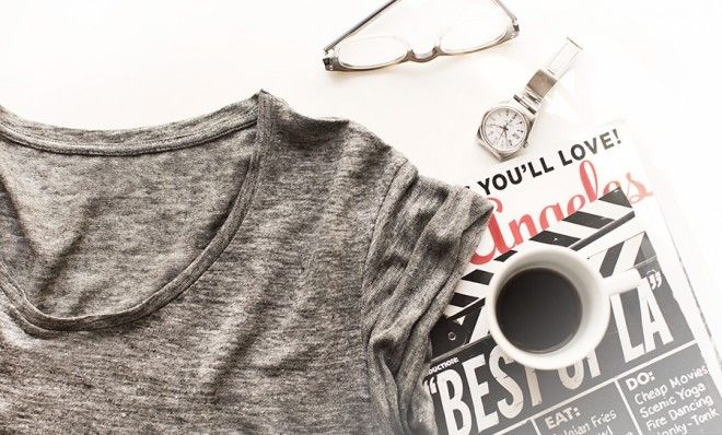 Le Tee-Shirt - I love this tee-shirt.It's the perfect shade of grey, it's made of linen and I love the cut. It's very light but not transparent and it has a collar that's round but wide enough to uncover the neck...Really not far from my ideal tee-shirt. (more...)