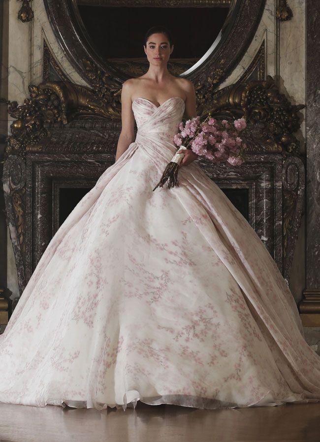 Lacollezione bridal 2016firmata Romona Kevezasi popola di modelli in total white dall'allure classicheggiante e di abiti coloratipensati per quelle donne alla ricerca di un wedding look origina…