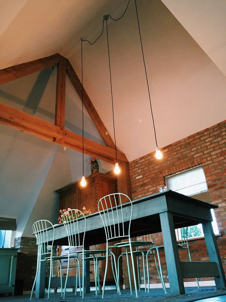 Brickwall/ houtenspant livingroom. Lampen zelf samengesteld van www.vintageroom.nl in den Bosch!