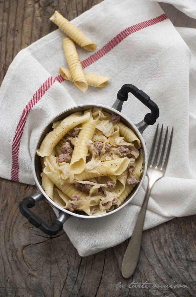 Garganelli con verza e salsiccia |400 g di farina 00 4 uova 4 salsicce grosse 250 g di verza 1 spicchio d'aglio Sale e pepe q.b. Olio evo q.b.