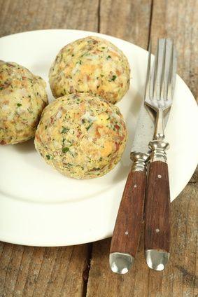 Recept na Tyrolské knedlíky 5 ks žemlí 2 ks vajec 100 g vařeného uzeného masa 70 g hrubé mouky 25 g másla 1,5 dl mléka petrželka sůl