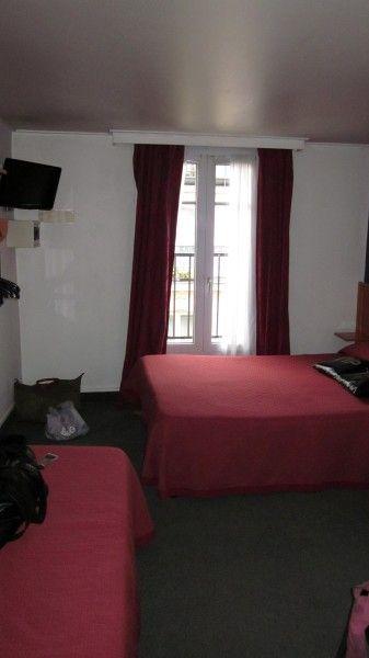Goedkoop overnachten in Parijs is onmogelijk? Mis! Wij vonden een gezellig hotelletje aan een zeer redelijke prijs met degelijke kamers vlakbij de metro.