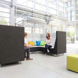 """Wysokie, tapicerowane oparcia pełnią funkcję pasywnych akustycznie ścianek działowych. Umożliwiają stworzenie strefy relaksu, zapewniając wysoką dźwiękochłonność.  Voo Voo 9XX pozwala na wydzielenie """"prywatnego pokoju"""" z większej przestrzeni, gdzie możemy prowadzić nieformalne rozmowy, skupić się nad projektem lub po prostu wypocząć."""
