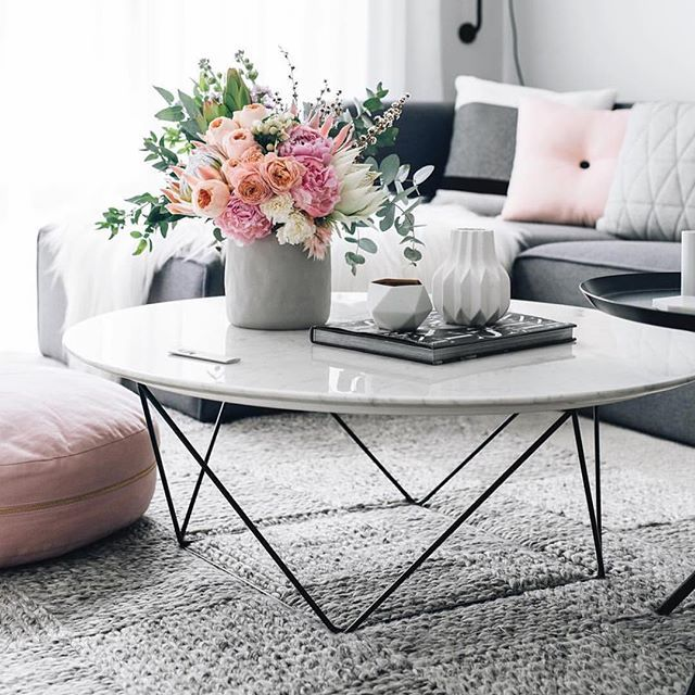 Does anyone know the psychology of why blooms comfort us and make us so happy? This picture perfect bouquet sits atop our Como coffee table in the famously fabulous home of @oh.eight.oh.nine | #weekend #enjoy #GlobeWest #marble #coffeetable #DistinctiveLiving