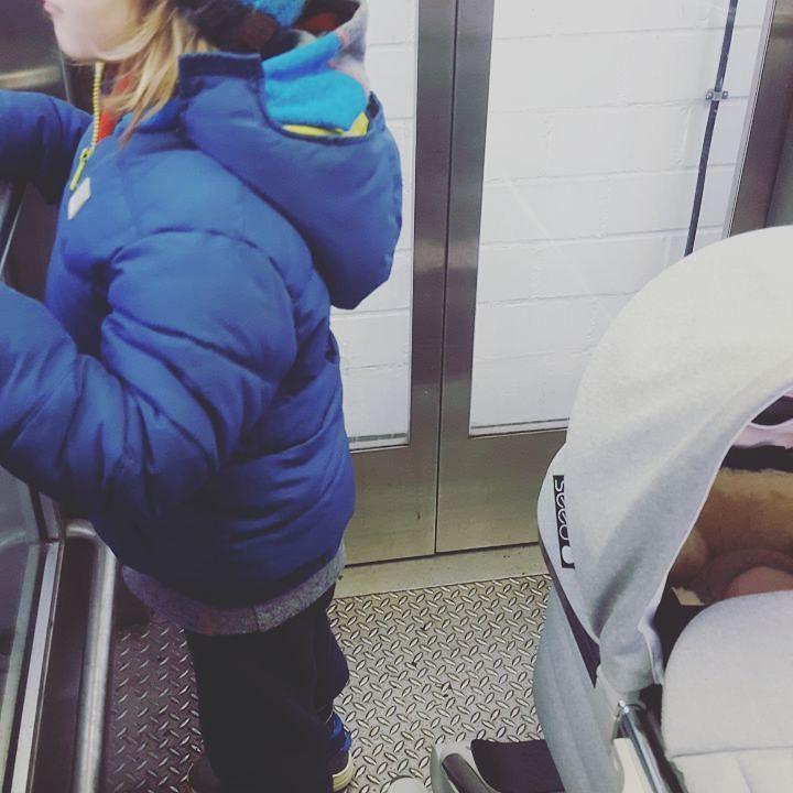 K2 und ich waren heute wieder in Sachen Hüfte unterwegs. Seit Juli humpelt das Kind und hat Schmerzen. Hoffentlich kriegen wir das bis zum Schulanfang weg. Wie die Vorschuluntersuchung sich beim Wirbelwind angefühlt hatdarüber könnt ihr heute auf dem Blog lesen. #elternblog #familienblog #papablog #mamablog