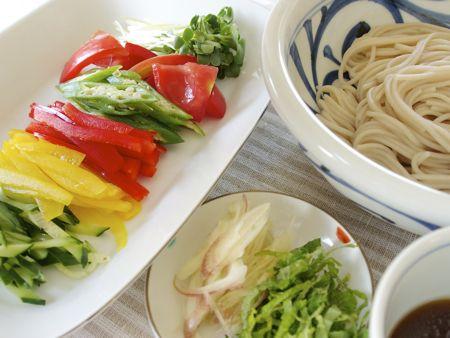 そば 1把 めんつゆ 100〜200cc 干しぶどう酢 適量 ごま油 適量 野菜(キュウリ、パプリカ、オクラ、トマト、カイワレ、ミョウガ、 大葉などお好みで) 適量