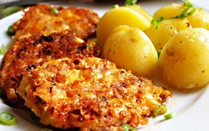Masové placky se sýrem. Jako přílohu jsem zvolila vařené brambory. Autor: Naďa