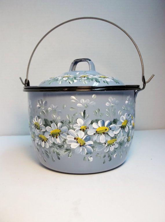 Azul, esmalte, hervidor de agua, de la mano pintado diseño escandinavo, margaritas, diseño jardín, sueco, noruego, arte popular, decoración de la cocina.