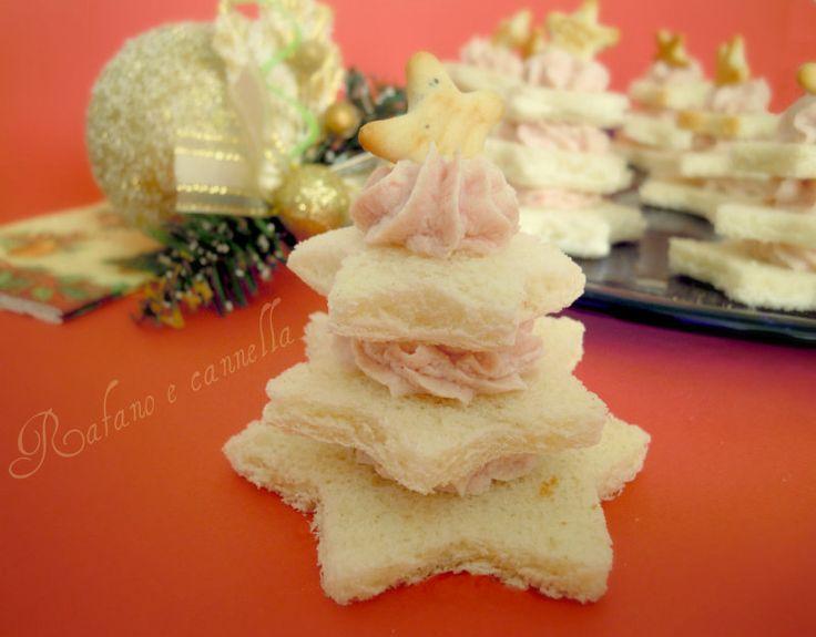 Gli alberelli alla mousse di mortadella (o quello che preferite) sono un antipasto gustoso e raffinato per la tavola delle Feste. Si preparano in poco tempo
