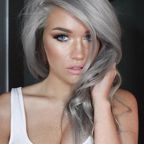 Tutte prima o poi arriveremo ad avere i capelli grigi.    Ma c'è chi vuole anticipare i tempi, come hanno fatto queste persone. La nuova moda del momento è appunto quella di tingersi i capelli di grigio!    Ma guardate bene le foto: con un bel taglio queste ragazze hanno un look decisamente sexy e sensuale. Non credete?