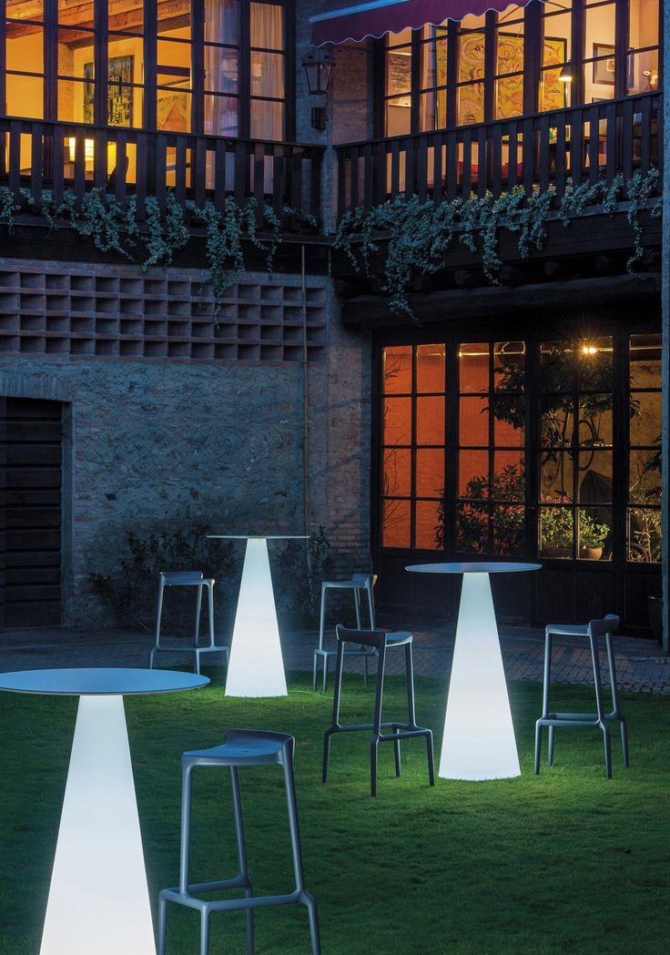 Svítící venkovní stoly IKON, barové židle HAPPY, výrobce Pedrali