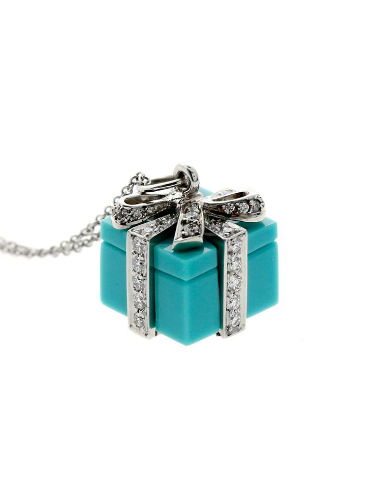 A stunning example of an icon in the jewelry world, this fantastic necklace is made of turquoise, platinum, and adorned with magnificent round brilliant cut diamonds.