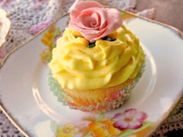 Lemon cake with limoncello buttercream, rose made by me as well, including gumpaste :) #lemon#cake #limoncello#buttercream #limoncello#cupcake