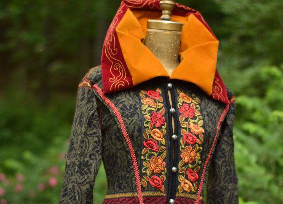 Patchwork-Pullover Mantel mit Stickerei, überdimensionalen Kragen, Spitzen Applikationen und Stufenrock. Größe Small. Sofort lieferbar