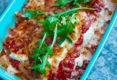Italiensk kycklinggratäng serveras med pasta och sallad