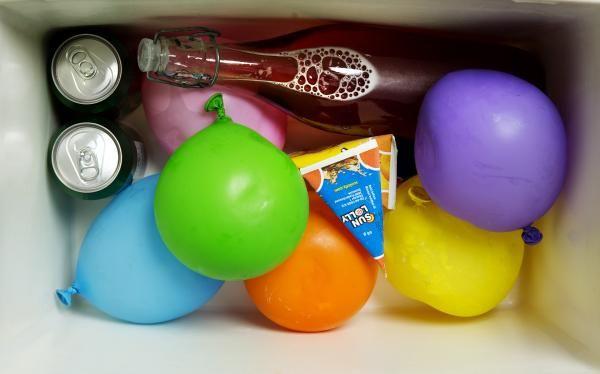 Brug vandballoner som køleelementer Strandturen, picnicen og bilferien bliver sjovere, hvis colaen forbliver kold´, og madderne ikke bliver skoletaske-varme.  Men køleelementer har alle dage været lidt besværlige, når de først er tøet op.  Brug i stedet vandballoner, de giver også mere sjov, når de er tøet op.
