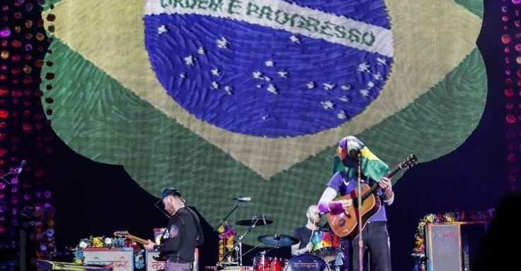 """Vocalista do Coldplay, Chris Martin canta clássicos como """"Fix You"""" e """"Viva la Vida"""""""