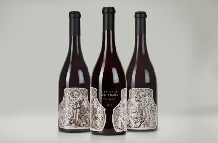 Креаторы предложили смелое для консервативной категории премиального вина решение: сместить лицевую сторону бутылки на «пробел» между двумя этикетками. Обе этикетки оформлены иллюстрациями, стилизованными под средневековые гравюры. На них изображен рыцарь Круглого стола сэр Галахад - персонаж легенды о Святом Граале, символизирующей поиски истины.
