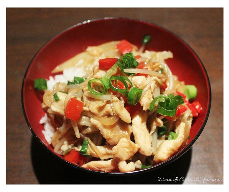 Frango macio com moyashi crocante e a doçura do pimentão vermelho. Hummmmmmm…. Prático, rápido e muito fácil de fazer, do jeitinho que a gente gosta!!! Esta receita é mais um modo de fazer do que uma receita mesmo. Usei os ingredientes que tinha em casa, como os temperos e molhos que comprei para a receita …