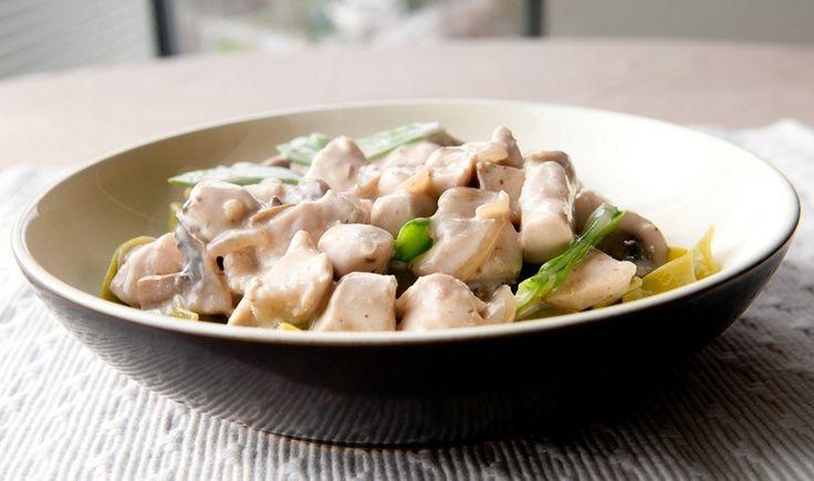 Αν νιώθετε ότι έχετε στερέψει από ιδέες για να μαγειρέψετε εύκολα και γρήγορα ένα φιλέτο κοτόπουλου, εμείς είμαστε εδώ! Δοκιμάστε το με αυτή τη νοστιμότατη σάλτσα από τυριά, κρέμα γάλακτος και γιαούρτι. Μπορείτε να προσθέσετε μανιτάρια ή να το συνδυάσετε με πένες ή άλλο ζυμαρικό της αρεσκείας σας.