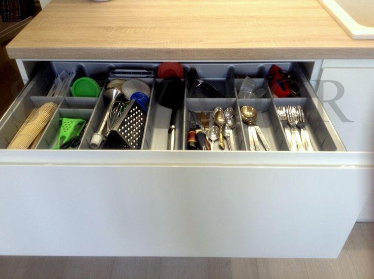 Хранение столовых приборов на кухне в специальный лоток Hettich. Лоток с перегородками, которые переставляются по высоте. #alvalineminsk #salonkuhnisalvador #кухнивминске #хранениенакухне
