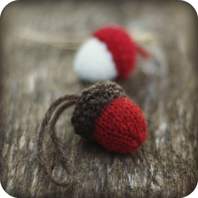 knit acorn tree ornament by Elizabeth Murphy on Ravelry - A couple of these would be cute attached to presents with a tag.