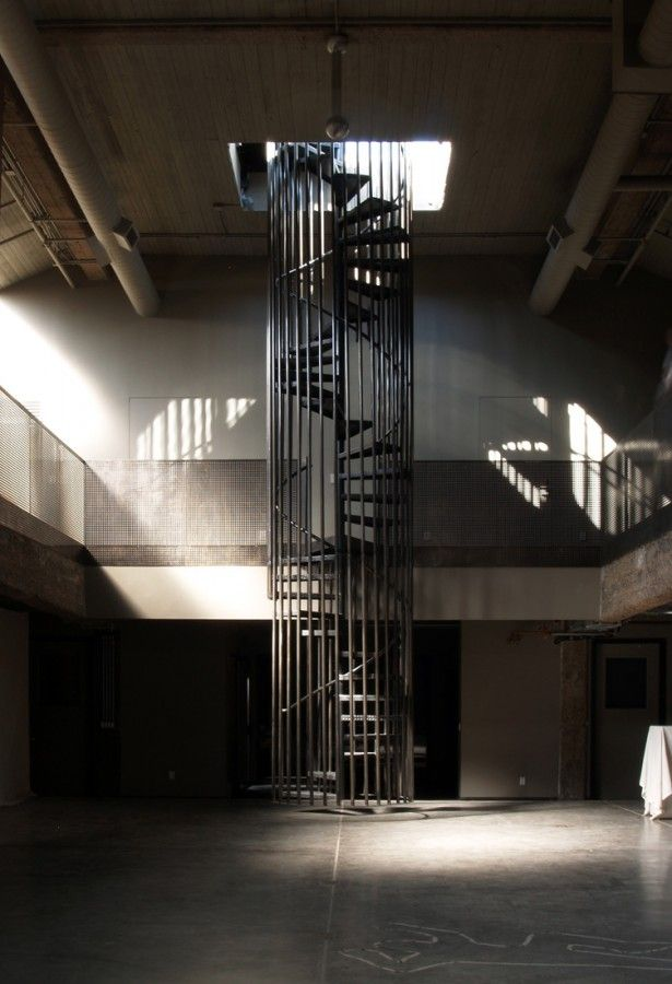 Stanley Saitowitz, the designer, introduced a spiral stair that hangs from the roof, without touching the floor, to avoid cutting into the concrete
