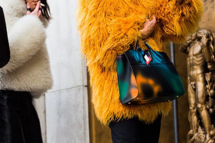 Pelliccia gialla + borsa grande di pelle liscia nera. Bilanciare un capo importante con un accessorio semplice. Adoriamo! #parisfashionweek #pfw16