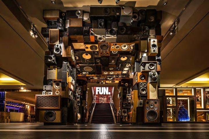 Embora tenha marca registrada, a rede Hard Rock elevou seu conceito a outro nível com a inauguração do Hard Rock Hotel, em Palm Springs, Califórnia. Criado pelo estúdio Mister Importante Design, o projeto dispõe de 163 quartos, um restaurante, loja, spa, bar e uma discoteca.