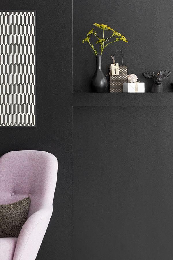Musta seinä raikastuu valkoisilla yksityiskohdilla ja heleillä pastelleilla. #black #tikkurila #mustatuntuu #wallpaint #sisustus