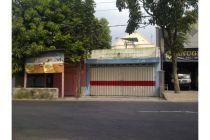 Rumah 2 lantai dengan lokasi strategis. Lokasi : Jl. Raya Pendowo no 86, desa Ngrowo, kecamatan Bangsal, Mojokerto. Lokasi sangat strategis 0 km dari jalan raya propinsi (yang biasa dilalui bus jurusan Jakarta- Denpasar).  Spesifikasi : - Luas 7 x 43 , SHM - 5 Kamar Tidur , 2 Kamar Mandi , R. Tamu, R. Keluarga, Dapur, Mushola, Teras dan Taman. - Ada garasi di depan yang bisa menampung 5 mobil kecil (bisa dijadikan tempat usaha) cocok untuk usaha apa saja (Mini market (Indo**ret/ Alfa...