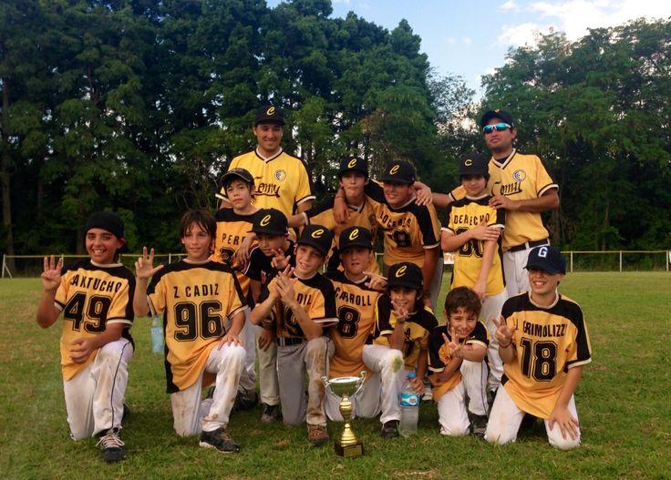 El domingo 15 de diciembre, la categoría de Beisbol infantil del Club Comunicaciones, se consagró campeona por tercera vez consecutiva, tras vencer a Nichia en la final por 13 carreras a 6.