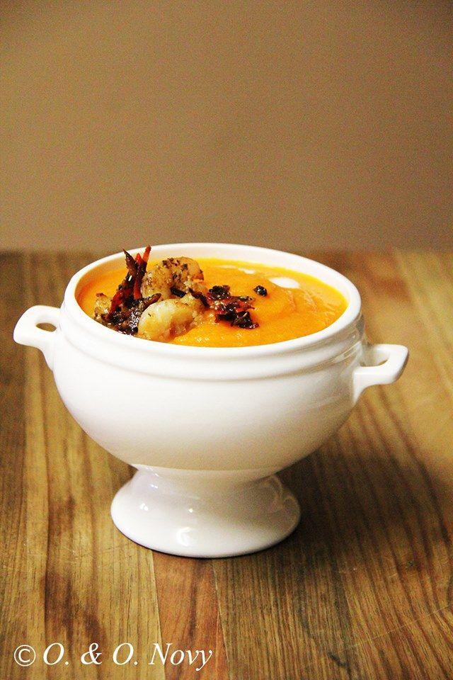 Kürbis-Möhren-Ingwer Suppe mit Kokosmilch und scharfen Knusper-Zimt-Garnelen