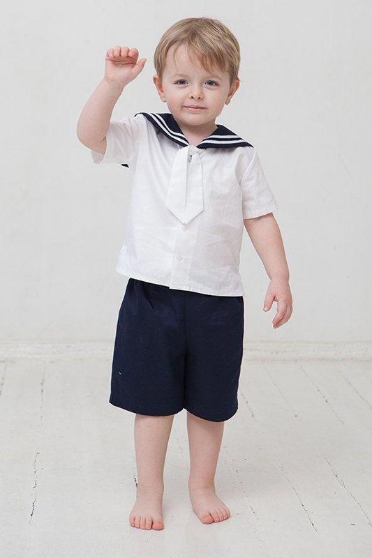 Dare al vostro bambino bella abbigliamento. In segno di gratitudine egli vi darà un sorriso.  Vestito da marinaio include pantaloncini e camicia a maniche corte. Questo vestito è fatto di tessuto di lino bianco e blu navy. Collare a strisce cucite da nastro di cotone. Linea di cintura per i pantaloni è regolabile con bottoni di gomma elastica. Tutti gli elementi sono realizzati in una casa di non fumatori.  Per favore fatemi sapere se avete qualsiasi data specifica quando questo outfit deve…