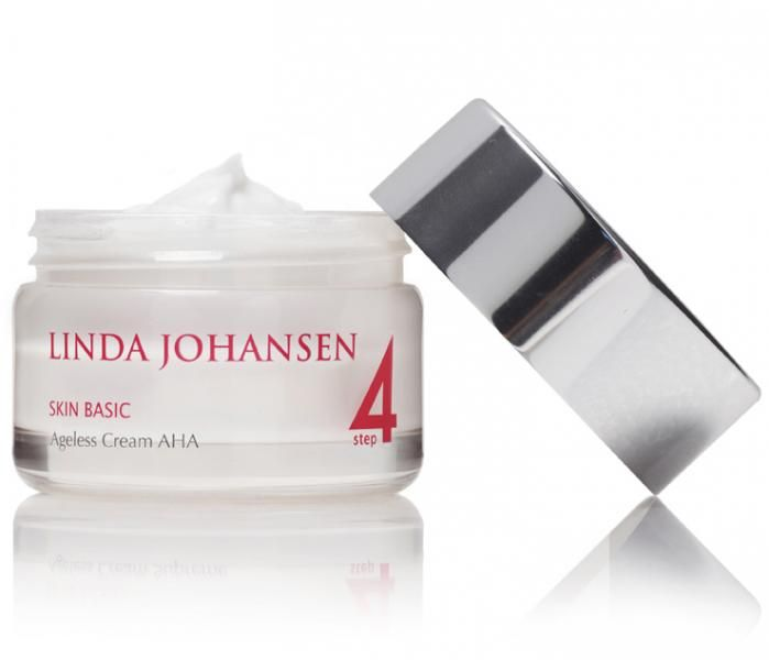 Trinn 4: Gjenopprett blank hud!   Ageless Cream AHA er en lett og luftig anti-age fuktighetskrem med sheasmør og essensielle oljer som balanserer og forynger huden, og gir den en yngre og sunn glød uten at den ser fet ut.   Antioksidanter og vitaminer gjenoppliver aldrende hud og gir næring til celleproduksjonen, noe som vil gi deg en fastere og yngre hud – med umiddelbar virkning! 50 ml