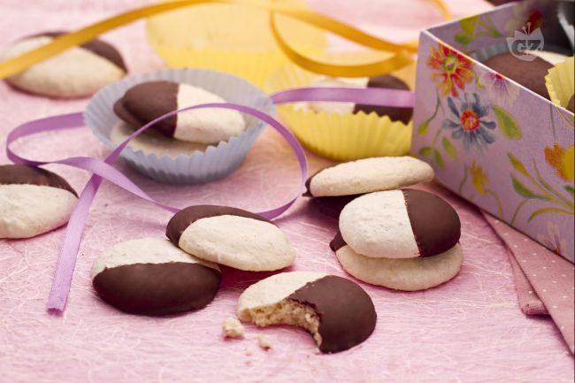 I biscotti al cocco, immersi nel cioccolato, sono fatti solo gli albumi  zucchero, farina di grano,  farina di cocco, miele, cannella, vaniglia.
