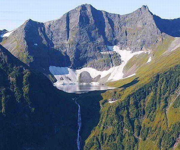 Кинзелюкский водопад Восточные Саяны, Красноярский край  Кинзелюкский водопад — второй по высоте водопад в Азии и России (после Тальникового водопада на Плато Путорана). Согласно измерениям, произведенным в 1989 году, высота водопада (каскада) составляет 328 метров. Расположен в Тофаларии, в труднодоступной гористой местности (Восточные Саяны). Вытекает из озера, находящегося в цирке пика Кинзелюкский (Двуглавый).  Кинзелюкский водопад самый живописный и грандиозный в России… Начало водопаду…